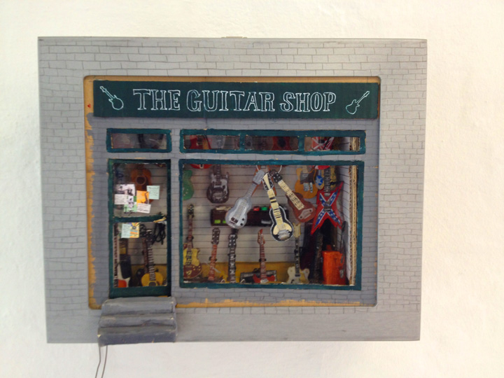 NB: The guiTaRshOw fuNcTiON as a shOp – I.E. YOU CAN BUY THE INDIvIDUAL GUITARS FROM THE SHOP PRIS FOR ONE GUITAR: 3500 DKR